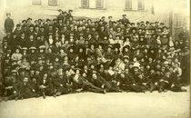 Колектив театру (артисти, адміністративний персонал, робітники). Приблизно 1910 рік.