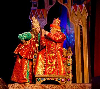 Цар Салтан - Тарас Штонда, Бабариха - Тетяна Пімінова. Фото - В. Давиденка.