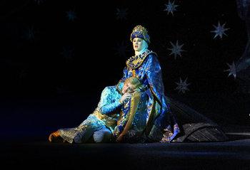 Цариця Мілітриса - Тетяна Ганіна, Гвідон - Сергій Скочеляс. Фото - В. Давиденка.